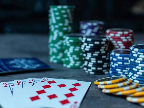 Apa cara terbaik untuk bermain poker?